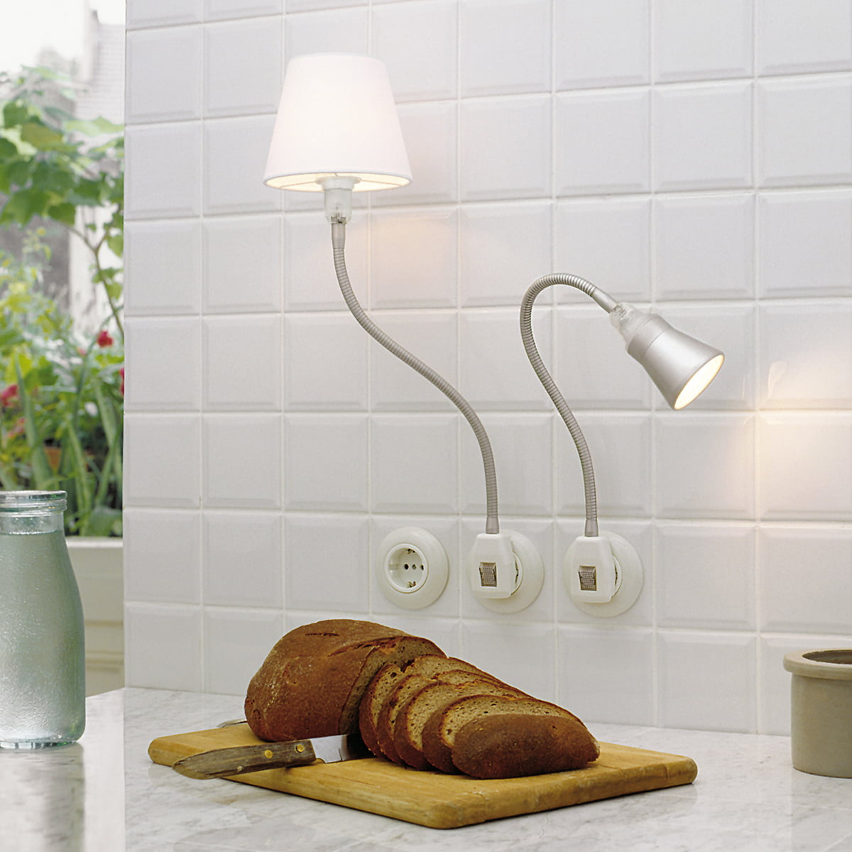 Stiletto-Gluehwuermchen-DeLight-mit-Textilschirm-weiss -und-Gluehwuermchen-DeLight-mit-Alu-Kegelreflektor-silber-Ambiente.jpg